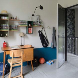 Idées déco pour une grand chambre d'enfant contemporaine avec un bureau, un mur bleu et un sol en bois peint.