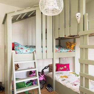 Bild på ett litet vintage könsneutralt barnrum kombinerat med sovrum och för 4-10-åringar, med beige väggar och ljust trägolv