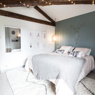 Nordisches Jugendzimmer mit Schlafplatz, blauer Wandfarbe und weißem Boden in Lyon