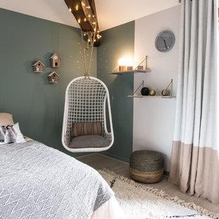 Cette image montre une chambre d'enfant nordique avec un mur bleu et un sol en bois clair.
