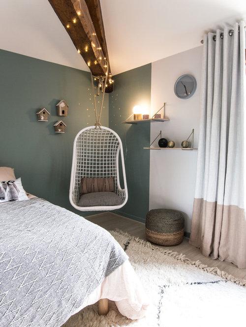 Nordisches Jugendzimmer Mit Schlafplatz, Blauer Wandfarbe Und Hellem  Holzboden In Lyon