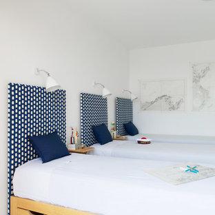 Cette photo montre une grande chambre d'enfant de 4 à 10 ans tendance avec un mur blanc et un sol en carrelage de céramique.