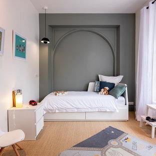 Idées déco pour une chambre d'enfant contemporaine avec un mur gris, un sol en bois brun et un sol marron.