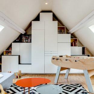 Inspiration pour une chambre d'enfant de 4 à 10 ans nordique de taille moyenne avec un mur blanc et un sol en bois clair.