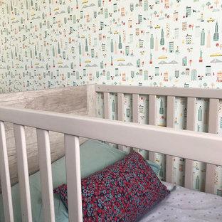 Idée de décoration pour une chambre de bébé garçon design de taille moyenne avec un mur vert, moquette et un sol vert.