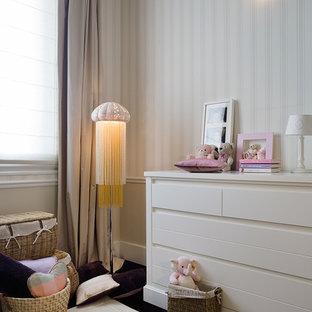 Idées déco pour une petite chambre de bébé neutre classique.