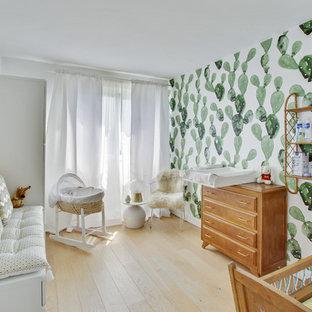 Idées déco pour une chambre de bébé neutre contemporaine avec un mur vert, un sol en bois clair et un sol beige.