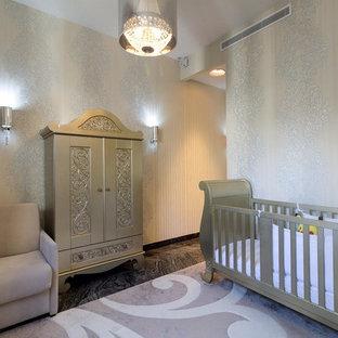 Cette photo montre une chambre de bébé tendance avec un mur beige, un sol en marbre et un sol noir.
