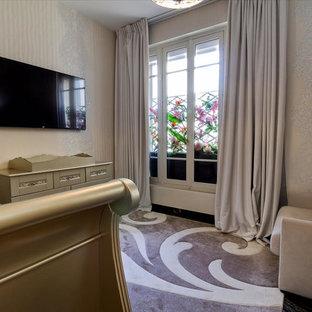 Idées déco pour une chambre de bébé contemporaine avec un mur beige, un sol en marbre et un sol noir.