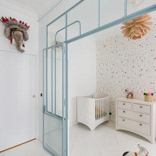 Idées déco pour une chambre de bébé neutre contemporaine avec un mur multicolore et un sol blanc.