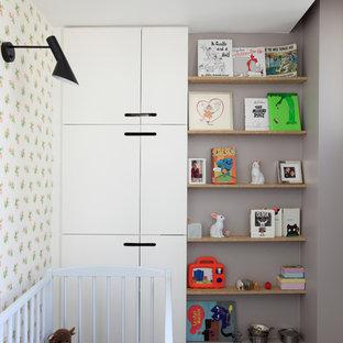 Cette image montre une chambre de bébé fille design avec un sol gris.