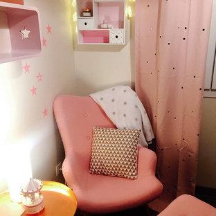 Ejemplo de habitación de bebé niña nórdica, pequeña, con paredes beige