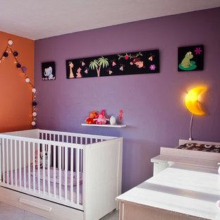 Aménagement d'une chambre de bébé fille contemporaine de taille moyenne avec un mur multicolore et un sol en carrelage de céramique.