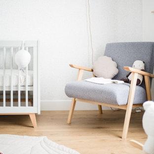 Modelo de habitación de bebé niña papel pintado, campestre, pequeña, con paredes azules, suelo de madera clara, suelo beige y papel pintado