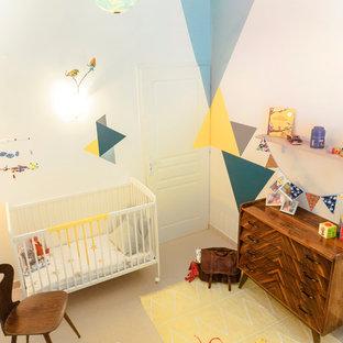 Ejemplo de habitación de bebé neutra retro con suelo beige