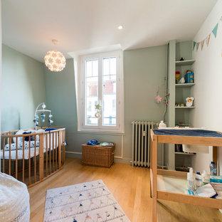 Idée De Décoration Pour Une Chambre De Bébé Tradition Avec Un Mur Vert, Un  Sol