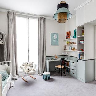 Exemple d'une chambre de bébé garçon tendance avec un mur gris, moquette et un sol gris.