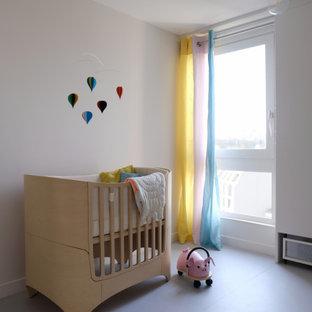 Foto de habitación de bebé neutra contemporánea, de tamaño medio, con paredes beige, suelo de linóleo y suelo gris