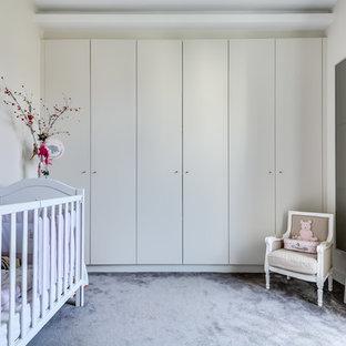 Exemple d'une chambre de bébé neutre tendance de taille moyenne avec un mur blanc, moquette et un sol gris.