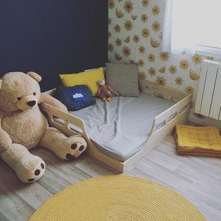 Ejemplo de habitación de bebé neutra minimalista, pequeña, con paredes azules, suelo de linóleo y suelo beige