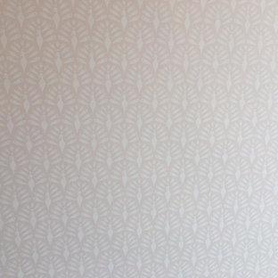 Ejemplo de habitación de bebé de tamaño medio con paredes blancas, suelo de baldosas de cerámica y suelo blanco
