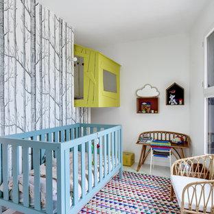 Exemple d'une chambre de bébé neutre tendance avec un mur blanc.