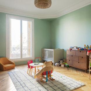Idées déco pour une chambre de bébé contemporaine.