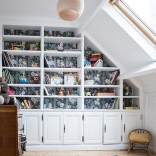 Exemple d'une chambre de bébé fille tendance de taille moyenne avec un mur multicolore, un sol en bois clair et un sol beige.