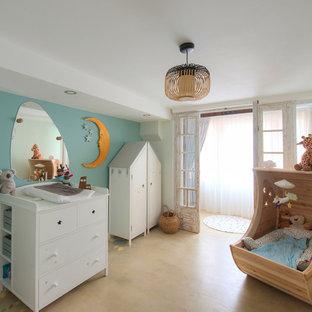 Idées déco pour une chambre de bébé neutre scandinave avec un mur bleu et un sol beige.