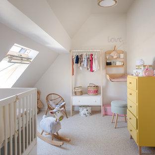 Idées déco pour une chambre de bébé fille contemporaine avec un mur beige, moquette et un sol beige.