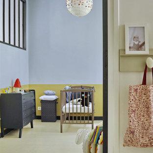Cette photo montre une chambre de bébé rétro.