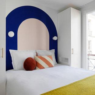 Ispirazione per una piccola camera matrimoniale moderna con pareti blu, pavimento in vinile e pavimento beige