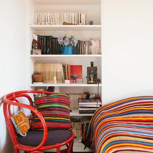 Cette photo montre une chambre parentale tendance de taille moyenne avec un mur blanc et un sol en bois brun.