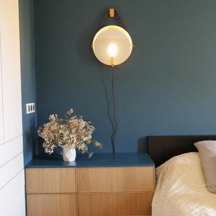ニースの小さいコンテンポラリースタイルのおしゃれな主寝室 (青い壁、淡色無垢フローリング、暖炉なし、茶色い床) のインテリア