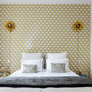 Réalisation d'une chambre parentale design de taille moyenne avec un mur blanc, un sol en bois clair et aucune cheminée.