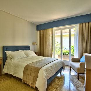 Imagen de dormitorio principal, clásico renovado, de tamaño medio, con paredes beige, suelo de mármol y suelo beige