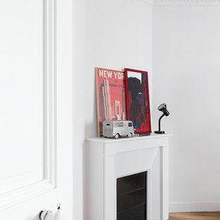 Ejemplo de dormitorio urbano con chimenea de esquina