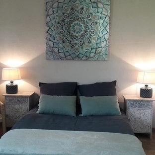 Foto de dormitorio de tamaño medio con paredes blancas y suelo de travertino