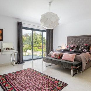 Idées déco pour une grande chambre parentale éclectique avec un mur blanc, un sol en carrelage de céramique et aucune cheminée.