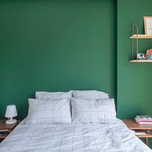 Источник вдохновения для домашнего уюта: маленькая хозяйская спальня в скандинавском стиле с зелеными стенами, светлым паркетным полом и бежевым полом