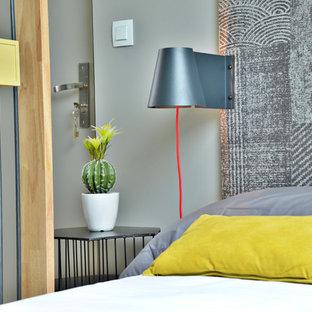 Imagen de dormitorio principal, actual, pequeño, sin chimenea, con paredes grises y suelo de contrachapado