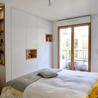 Diseño de dormitorio principal, actual, pequeño, con paredes blancas y suelo marrón