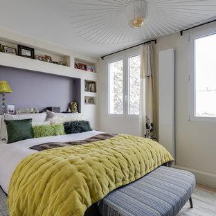 Diseño de dormitorio contemporáneo, sin chimenea, con paredes blancas, suelo de piedra caliza y suelo beige
