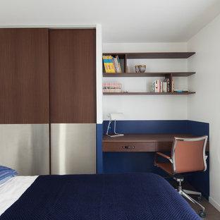 Esempio di una piccola camera da letto minimalista con pavimento in legno massello medio