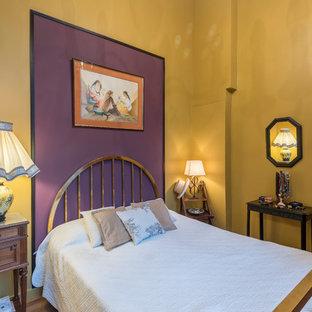 Inspiration pour une chambre d'amis bohème avec un mur multicolore, un sol en bois brun et un sol marron.