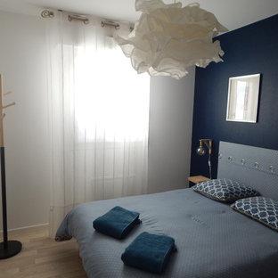 Imagen de dormitorio principal, nórdico, pequeño, con paredes azules, suelo de linóleo y suelo beige