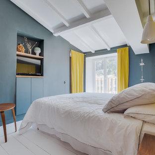 Réalisation d'une chambre design avec un mur vert, un sol en bois peint et un sol blanc.