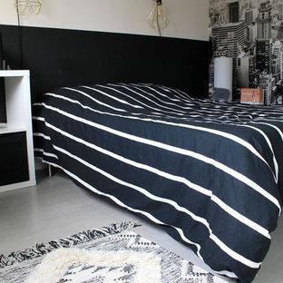 Imagen de dormitorio principal, actual, pequeño, sin chimenea, con paredes beige, suelo de linóleo y suelo gris