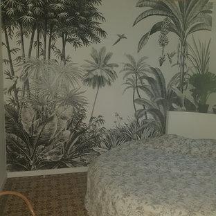 Diseño de dormitorio principal y papel pintado, exótico, de tamaño medio, papel pintado, con suelo de baldosas de terracota, suelo rosa y papel pintado
