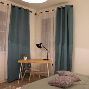 Imagen de dormitorio principal, nórdico, de tamaño medio, sin chimenea, con paredes blancas, suelo de linóleo y suelo beige